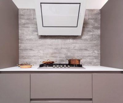 Cucina componibile completa di isola con Snack e top in laminato. Schienale di rivestimento parete incluso.