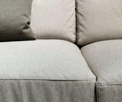 Divano con originale elemento angolare. Cuscini in confortevole espanso posizionati su basamento in ecopelle testa di moro. Bracciolo alto, tessuto grigio. Dim: 360x168cm