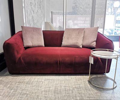 Rivestito in velluto color bordeaux, mono seduta dalla forma morbida ed avvolgente - dim: 180x100cm