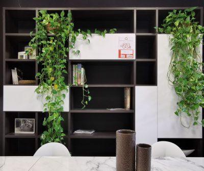 Libreria bifacciale con struttura in laminato effetto legno marrone e frontali in laccato bianco opaco apertura push-pull. Lungh.270cm - h.252cm - P.35cm