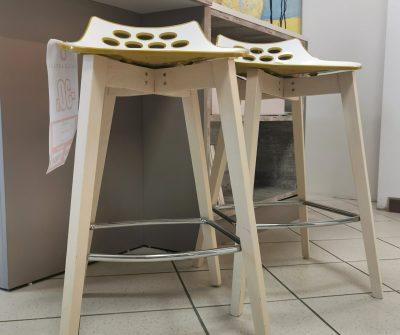Gamba in frassino sbiancato e sedile in polipropilene lucido bianco e senape