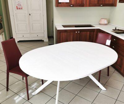 Tavolo con facile allunga a libro. Dimensioni 120 cm di diametro da chiuso - da allungato ovale da 160x120 cm