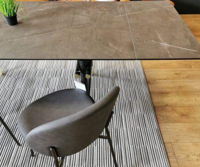 Dimensioni 160x90, allungabile a 240cm con due allunghe indipendenti. Piano in ceramica opaca venata bronze con struttura in metallo marrone e dettagli ottone