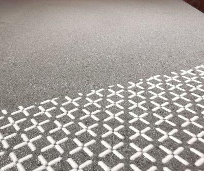 *Prodotto Artigianale* 100x220 con struttura in metallo nero, piano in pietra lavica di Sicilia con decoro vetrificato bianco